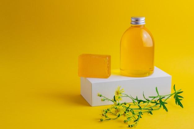 Cosmetica op geel. minimalisme. huidsverzorging.