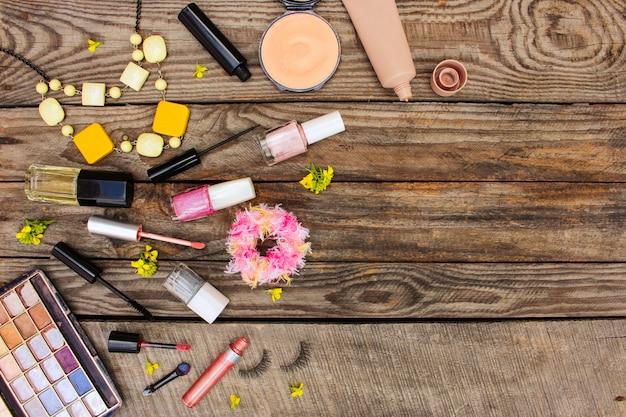 Cosmetica op houten tafel.