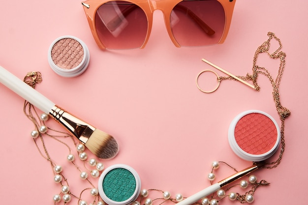 Cosmetica op roze ruimte oogschaduw borstel poeder blozen klok