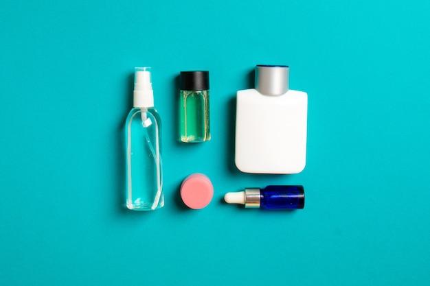 Cosmetica spa branding mock-up, bovenaanzicht met kopieerruimte. set buizen en potten crème plat lag op gekleurde achtergrond.