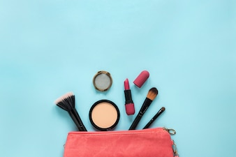 Cosmetica verspreid uit schoonheidstas