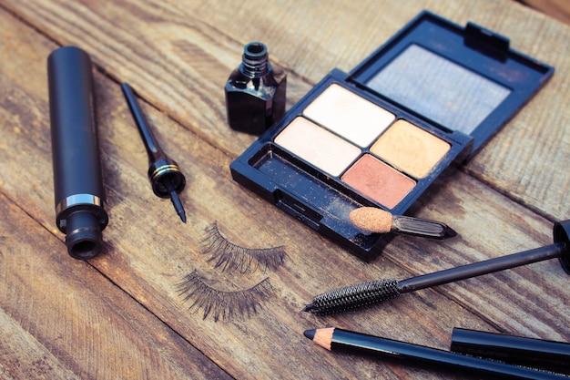 Cosmetica voor de ogen: potlood, mascara, eyeliner, valse wimpers en oogschaduw. getinte afbeelding.