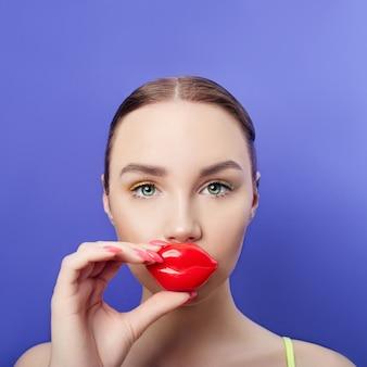 Cosmetica voor gezichts- en lipverzorging. cosmetisch gezichtsmasker, jonge schone huid, dikke lippen en hydraterende. ,