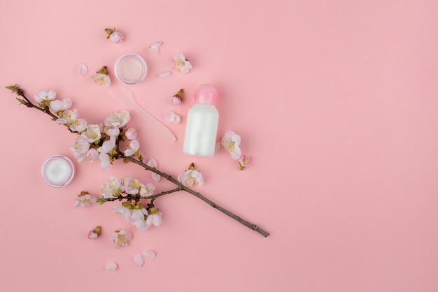 Cosmetica voor gezichtsverzorging op een roze achtergrond
