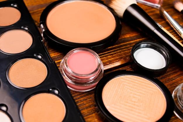 Cosmetica voor natuurlijke make-up, markeerstiftpoeder en toner, donzige make-upkwast bovenop.
