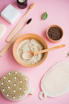 Cosmetisch badzout, druivengom voor het gezicht, koffiescrub voor het lichaam op een roze ondergrond