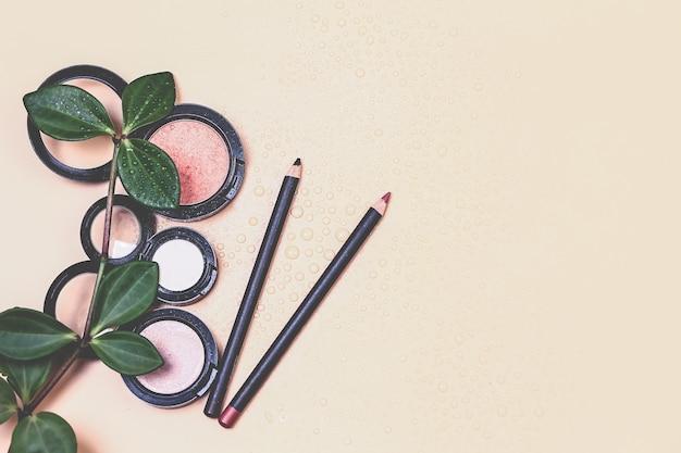 Cosmetisch natuurlijk pastelconcept. cosmetische producten voor make-up op een pastelbeige achtergrond. een basis voor neutrale make-up. zeer zachte selectieve focus