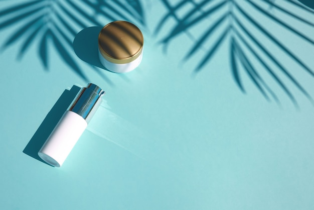 Cosmetisch natuurproduct met tropisch palmblad, kopieer ruimte