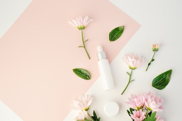 Cosmetisch schoonheidsproduct met natuurlijk ingrediënt en bloem.