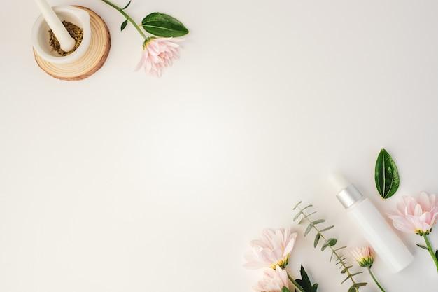 Cosmetisch schoonheidsproduct met natuurlijk ingrediënt en bloem