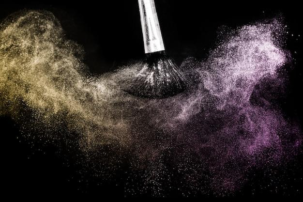 Cosmetische borstel met paarse en gouden cosmetische poederstrooiing