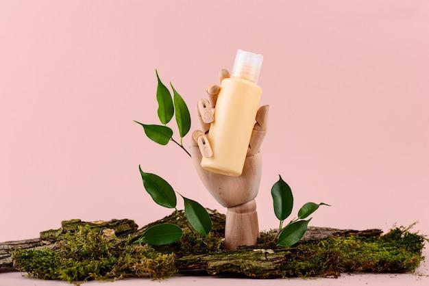 Cosmetische buis mockup op houten hand