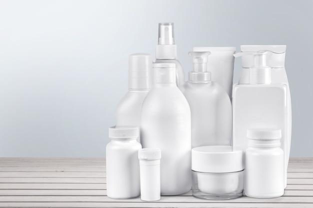 Cosmetische containers geïsoleerd op achtergrond