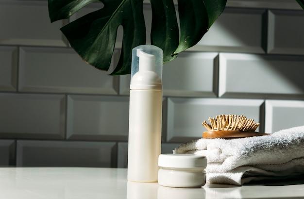 Cosmetische containers voor huidverzorging op een witte tafelachtergrond biologische spa-schoonheidsproducten