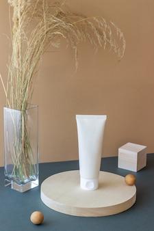Cosmetische crème in een buis. natuurlijke cosmetica. huidsverzorging.