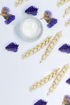 Cosmetische crème met tarwe op witte achtergrond