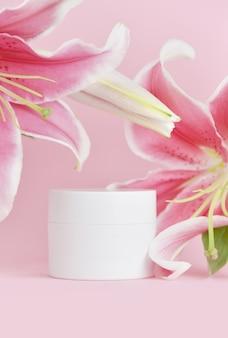 Cosmetische crèmepot met roze leliebloemen