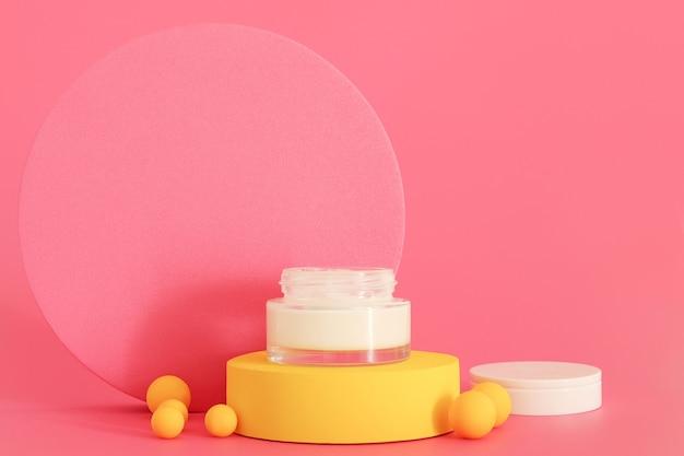 Cosmetische crèmeverpakking die op een geel podium staat. vrije ruimte voor tekst of logo, kopieer ruimte. crème presentatie op de roze achtergrond. mock-up.