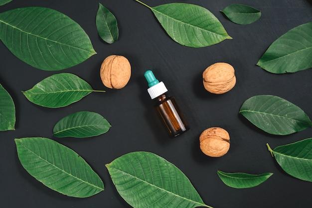 Cosmetische en therapeutische walnotenolie op zwart