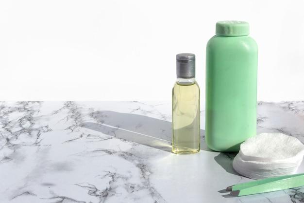 Cosmetische fles met vloeistof voor het reinigen van gezicht of make-up remover