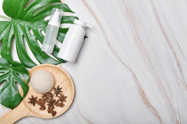 Cosmetische flescontainers verpakking met kopie ruimte, productpresentatie, blanco label voor organisch merkmodel