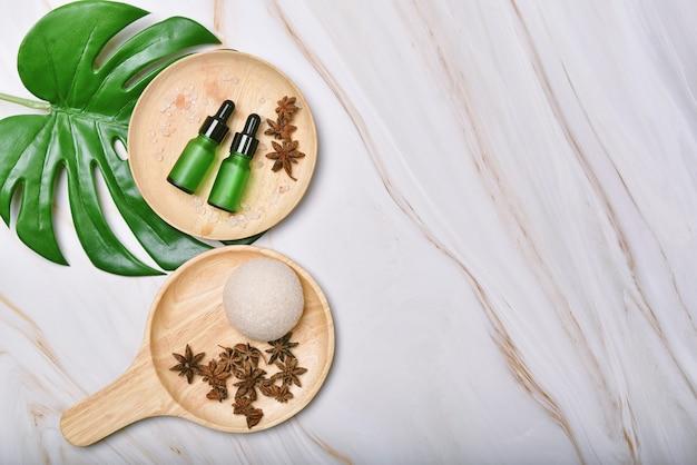 Cosmetische flescontainers verpakking met kopieerruimte, presentatie van het product, blanco label voor mock-up voor biologische branding, concept van natuurlijke huidverzorging schoonheidsproducten.