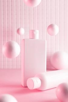 Cosmetische flessen met vliegende ballen in een roze neonlicht, mock up