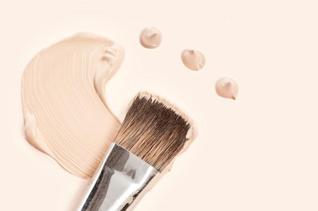 Cosmetische foundationcrème en poeder met kwast