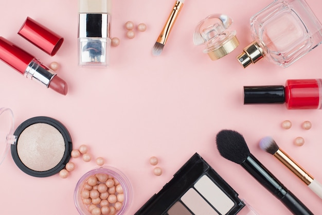 Cosmetische frame op een roze achtergrond.