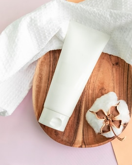Cosmetische huidverzorgingscrème op marmeren achtergrond. milieuvriendelijke producten van biologische schoonheid. bovenaanzicht, plat gelegd.