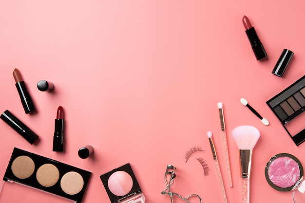 Cosmetische make-up plat leggen roze achtergrond kopie ruimte tekst schoonheid