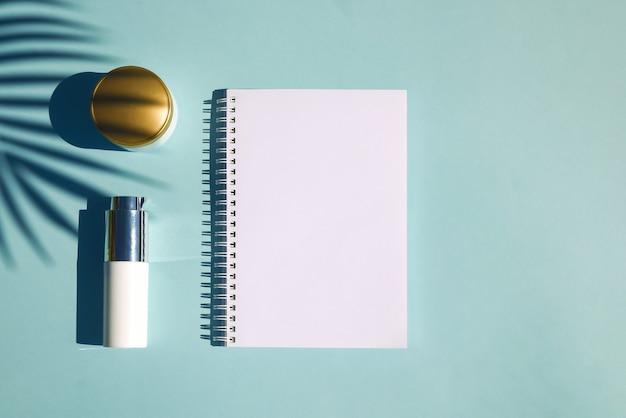 Cosmetische natuurlijke producten met tropisch palmblad. notitieboekje voor inscriptie