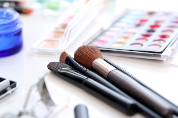 Cosmetische penselen met poeder