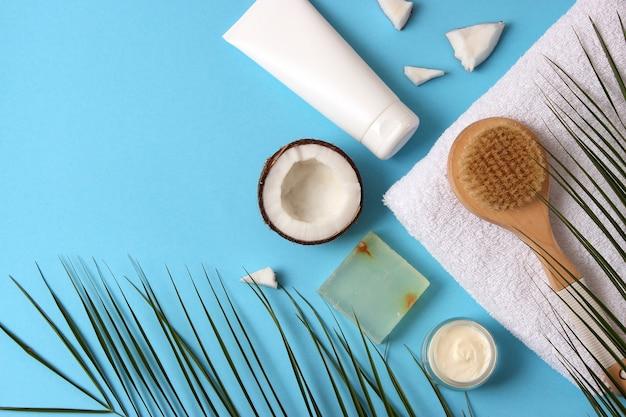 Cosmetische potten en kokosnoot op de tafel close-up en plaats voor tekst