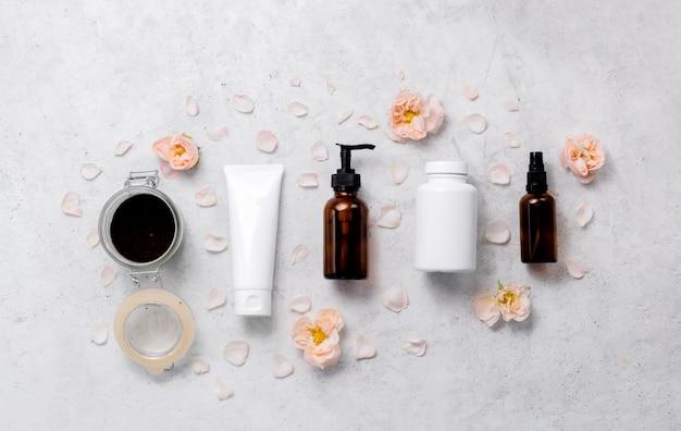 Cosmetische potten met delicate huidverzorging en bloemen
