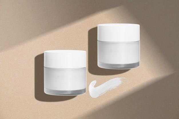 Cosmetische potten op minimale achtergrond