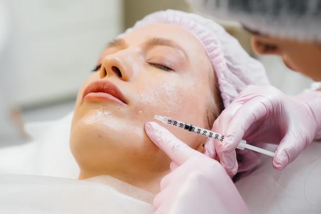 Cosmetische procedure voor biorevitalisatie en verwijdering van rimpels voor een jong mooi meisje
