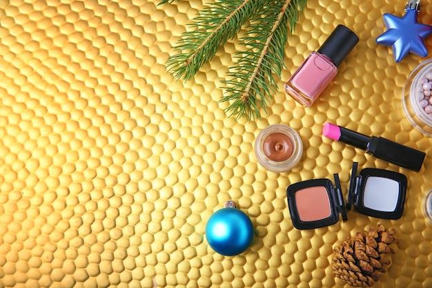 Cosmetische producten met kerstdecor op kleuroppervlak