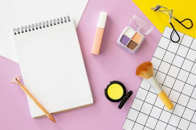 Cosmetische producten naast notebook