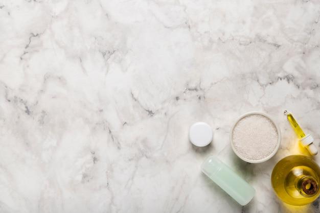 Cosmetische producten op kopie-ruimte op marmer