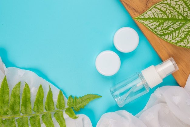 Cosmetische producten voor vrouwen die op het blauw liggen.