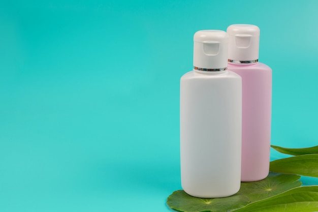 Cosmetische producten voor vrouwen geplaatst op een blauw.