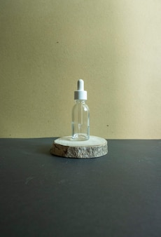 Cosmetische samenstelling. huidverzorgingsfles op hout op bruine papieren ondergrond
