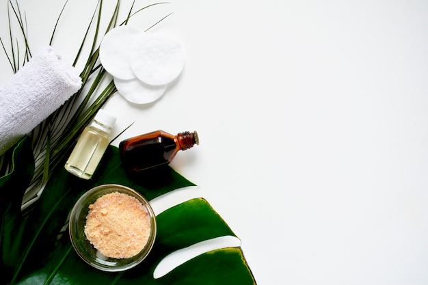 Cosmetische schoonheidsproducten alternatieve cosmetica, cosmetische olie, zeep, natuurlijke ingrediënten. spa thuis. lay-out van moderne huidverzorging, bovenaanzicht. kopieer ruimte.