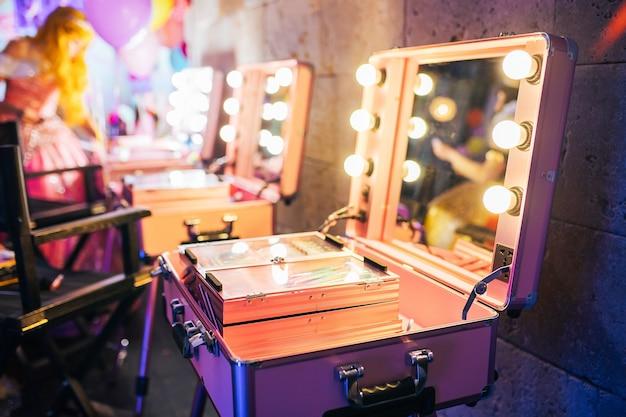 Cosmetische set op draagbare kaptafel met verlichting
