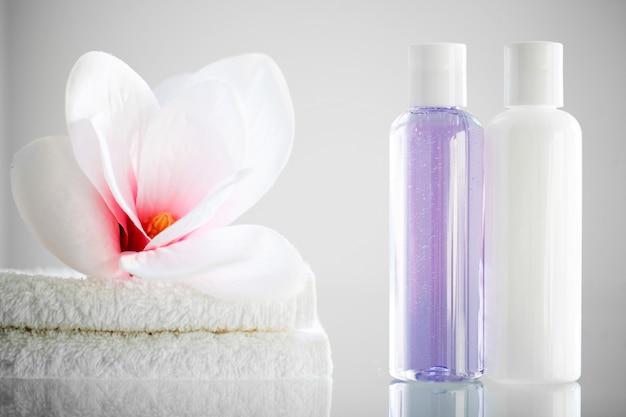 Cosmetische shampoo dispenser fles met handdoek