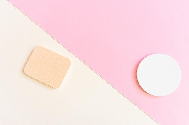 Cosmetische sponzen. het concept van gezichts- en lichaamsverzorging, cosmetologie. minimalisme, bovenaanzicht. copyspace