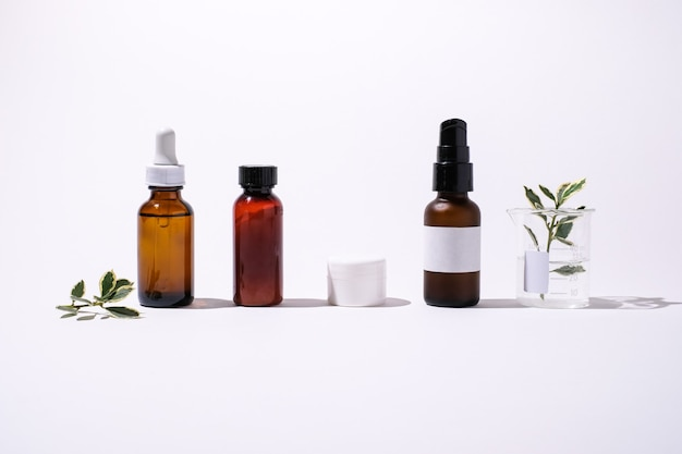 Cosmetische verpakkingen en natuurlijk huismiddeltje voor wellness en biologische huidverzorging.
