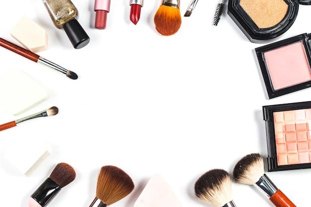 Cosmetische zak en make-up producten op kleur achtergrond