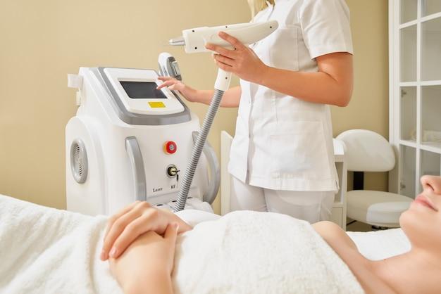 Cosmetologie. mooie vrouw laser ontharing procedure ontvangen bij schoonheidssalon. hoge resolutie.